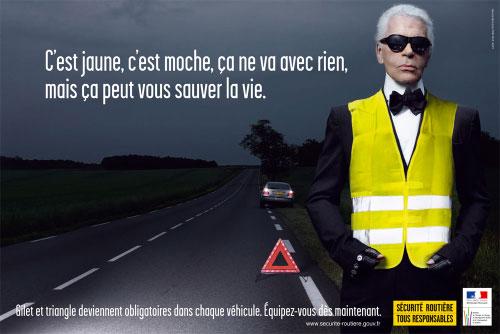 Karl Lagerfeld portant un gilet de sécurité sur le bord de la route