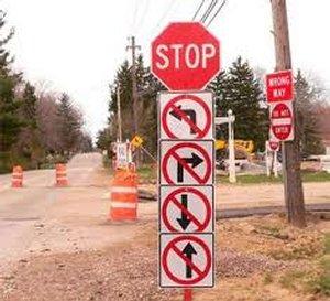 Le panneau stop est complété d'interdiction de circuler dans toutes les directions