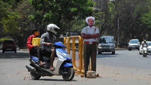 Policier en carton sur une route Bangalore