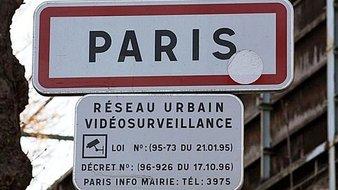 Un panneau indique que le réseau urbain est sous vidéosurveillance