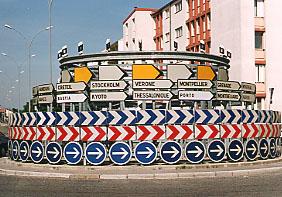Un rond point indiquant plusieurs villes du monde