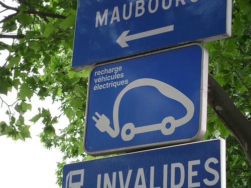 Signalisation indiquant un point de recharge pour véhicule électrique